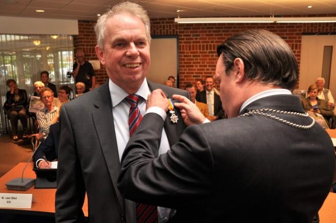 Burgemeester Eddy Bilder speldde Roelof Huls de koninklijke onderscheiding op. (foto Bas Wilberink/De Stadskoerier)