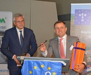 ESO-voorzitter Christiaan Van Lancker (rechts) bedankte Kris Peeters voor zijn jarenlange steun aan de binnenvaart.