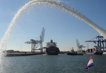 Donderdag 1 oktober kreeg  de CMA CGM Sambhar, het laatste schip dat de ECT Home Terminal aandeed, een eresaluut. (foto Ries van Wendel de Joode/HBR)
